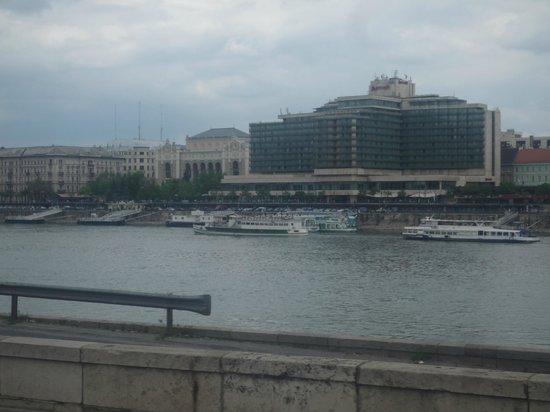 Budapest Marriott Hotel: Το ξενοδοχείο όπως φαίνεται από την απέναντι ακτή του ποταμού