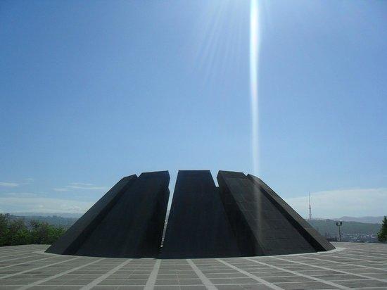 Armenian Genocide Museum: Грандиозное сооружение, оставляющее впечатление преклонения перед народной памятью..