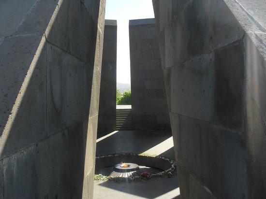 Armenian Genocide Museum: Эти цветы каждый день приносят дети... И взрослые... Они помнят. Каждый день!