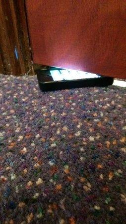 Premier Inn Stroud Hotel : Only a slight gap under the door