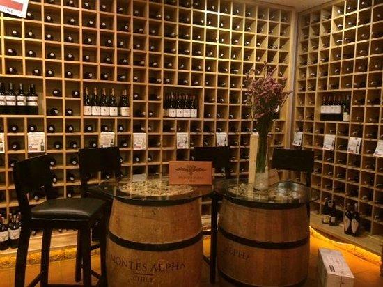 Bluebird Wine Cellar & Restaurant: Интерьер винного погреба (цокольный этаж)
