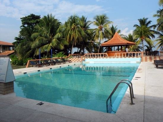 Golden Star Beach Hotel: Pool is old, but still perfectly useable to cool off and relax by. Cabana bar sits nicely betwee