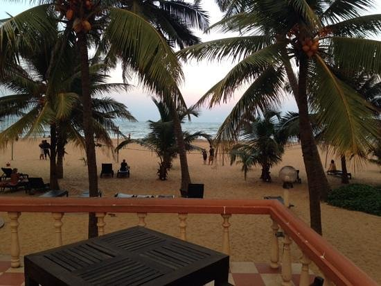 Golden Star Beach Hotel: Location, location, location. Pool bar right beside the beach. Yes it's getting older, but rusti