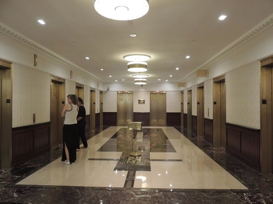 The New Yorker A Wyndham Hotel: Hall dos elevadores
