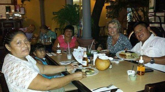 La Chaya Maya : con mi familia Maya en un restaurante