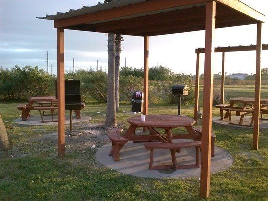 Plantation Suites: Messy picnic area