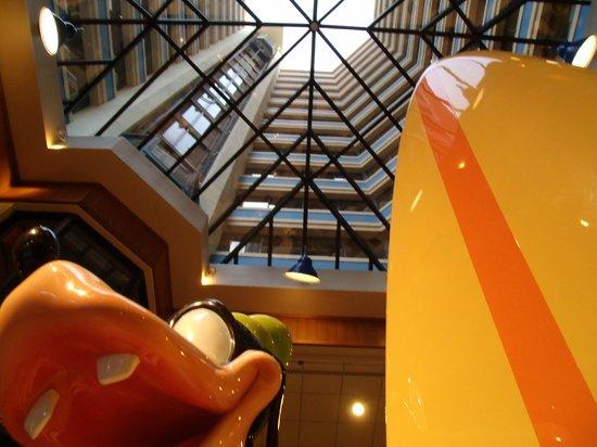 Disney's Paradise Pier Hotel: Goofy greets you