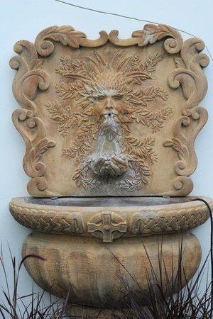 Winterset Hotel: Cute fountain