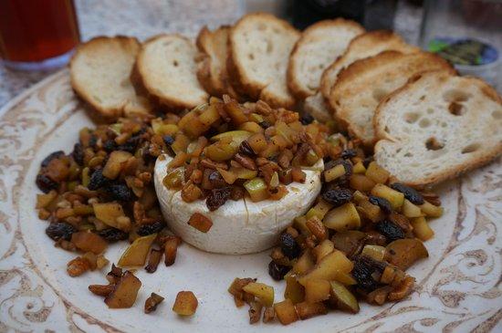 Another Broken Egg: お通しにでてきた、チーズと干しぶどうのディップ、こちらも美味しく驚き