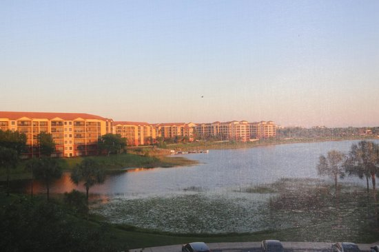 Westgate Lakes Resort & Spa : View from our screened-in balcony at sunset