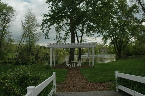 Pheasant Field Bed & Breakfast : Peaceful gazebo seating