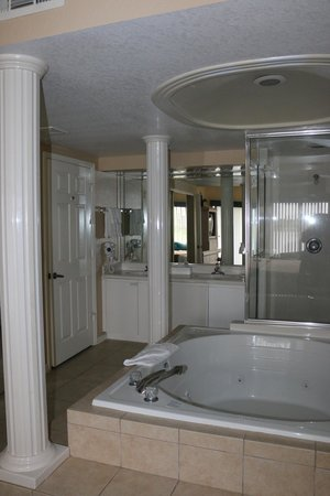 Westgate Lakes Resort & Spa : One of the two bathrooms that had a jacuzzi