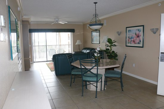 Westgate Lakes Resort & Spa: Villa had room for 12 but only dining spots/chairs for about 7