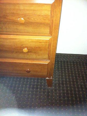 Hawthorn Suites by Wyndham Panama City Beach FL: broken dresser