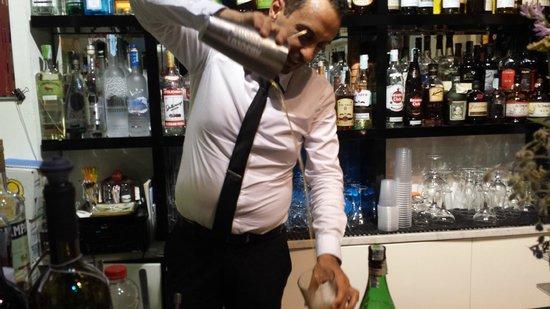 Caffè Ristretto: Il barman Mario nell'esecuzione di un cocktail