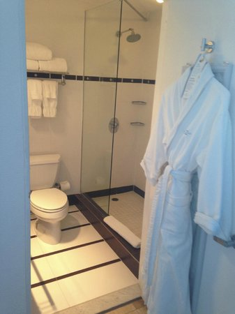 San Juan Water & Beach Club Hotel: Great bathroom, with robes