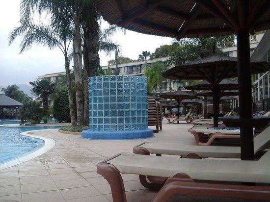 Sol Principe by Melia: relaxing by the pool.