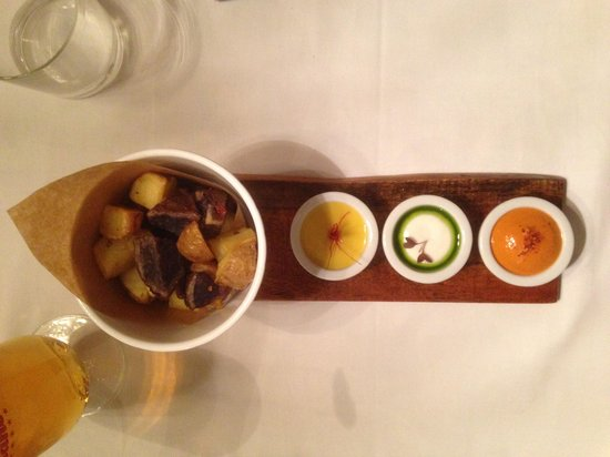 Metro Bistro - Plaza Mayor: oven roasted potatoes and dipping sauces