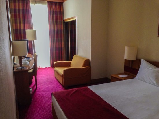 Quality Inn Porto: Our 1st floor double bedroom. Good sized bathroom. Facing the square and no sound problems.