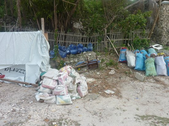Club Serena Resort: Rubbish dumped under Treehouse 2