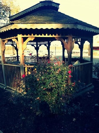 Byrdstown, TN: Lovely Gazebo on the Grounds