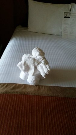 Desert Palms Hotel & Suites: Elephant made out of towels left on bed upon checkin