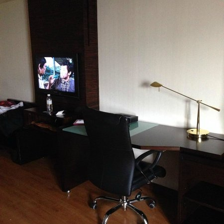 Furama Chiang Mai: telly and working area.