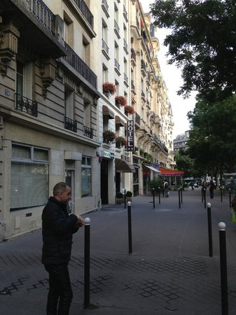 Hotel du Printemps: Street out front of hotel