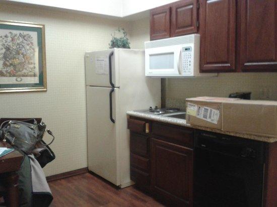 Homewood Suites by Hilton Baltimore-BWI Airport: Kitchinet muy comoda.Mesa y vajilla para 4 personas