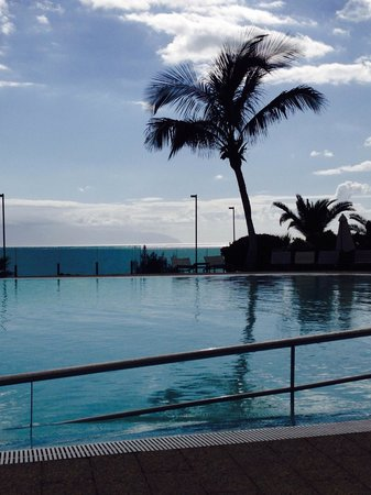 Gran Melia Palacio de Isora Resort & Spa: View from sun loungers across infinity pool