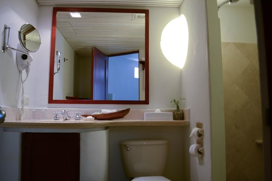 Playa Palms Beach Hotel: Bathroom