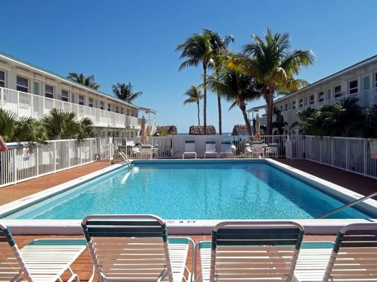 Continental Inn: View of pool and units on each side