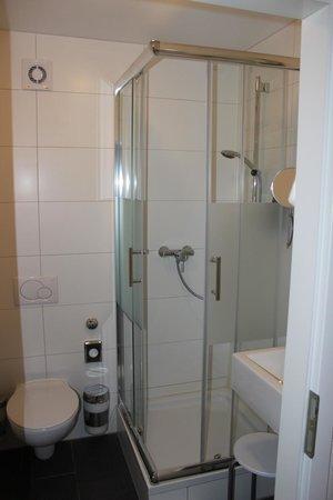 Arthotel Ana: Bathroom