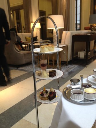 The Crystal Moon Lounge: More cakes!