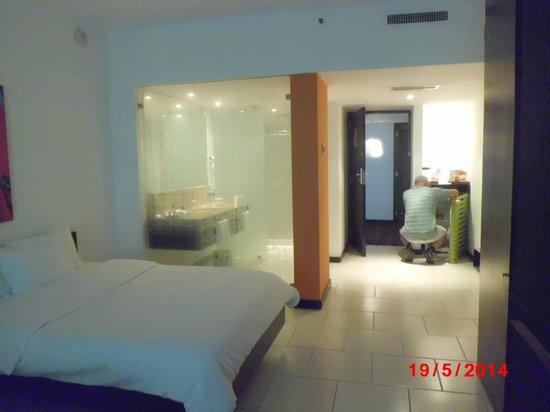 Radisson Decapolis Hotel Panama City: Vista hacia el baño vidriado