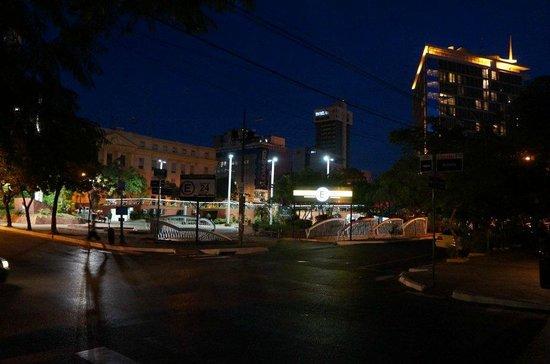 Hotel Guaraní Asunción: Praça em frente ao hotel
