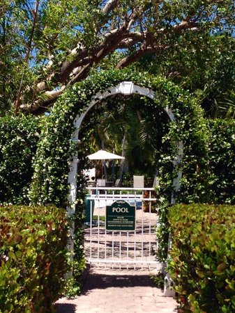Olde Marco Island Inn and Suites: Lush, Private Arbor entrance to the Pool.