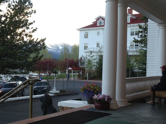 Stanley Hotel: Looking at the mountains from the front porch