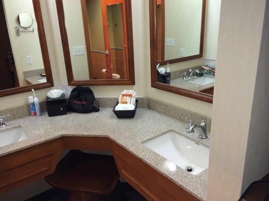 Quinault Beach Resort and Casino: 4th Floor Vanity