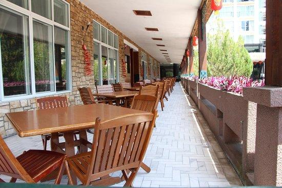 Hotel De' La Ferns: ontbijtruimte buiten