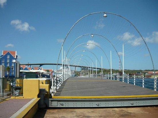 Queen Emma Pontoon Bridge: Pontón totalmente abierto. Al fondo, Puente Reina Juliana