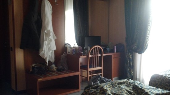 Hotel Jonico : tiene su peinadora con su tv