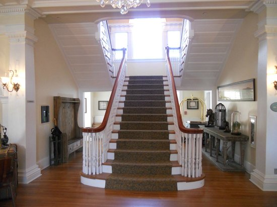 Stanley Hotel: Staircase in lobby