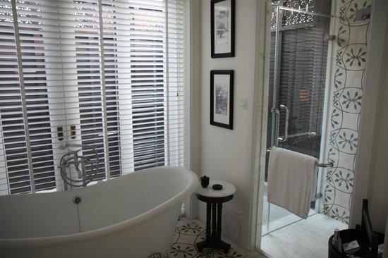 137 Pillars House : Bathroom looking towards outdoor shower