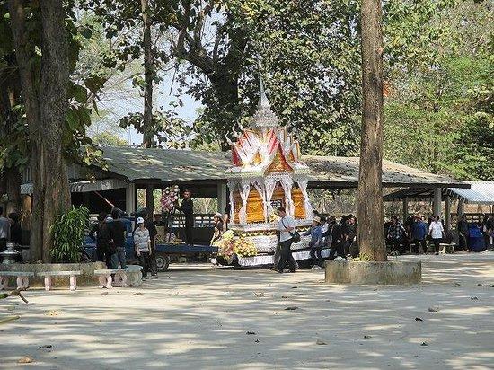 Chiang Saen: 棺を乗せた車が来ました。