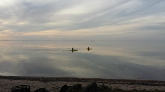 Superior Shores Resort: Kayakers go silently by around sunset