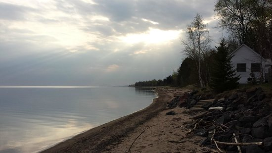 Superior Shores Resort: Morning sunbeams from the beach