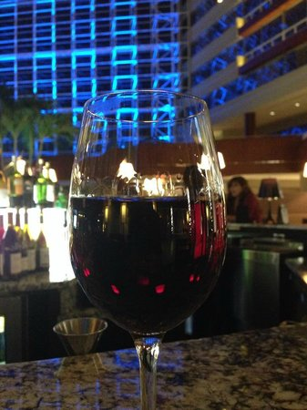 Hyatt Regency Greenville: Having a glass of wine at the atrium bar