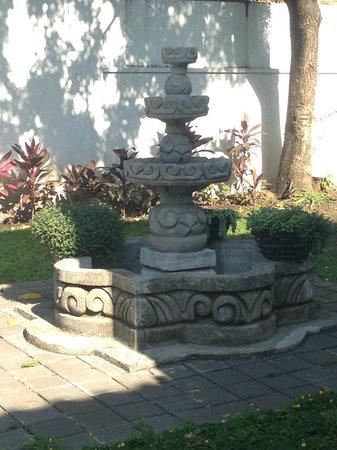 La Porta Plaza Hotel: Fountain