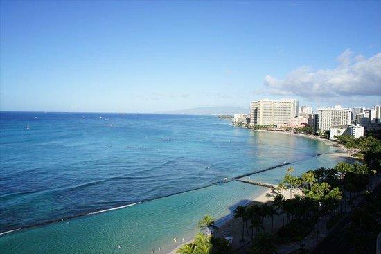 Aston Waikiki Beach Hotel: Looking west at Waikiki Beach